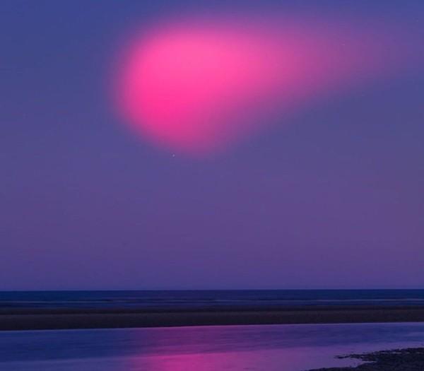 Quả cầu hồng rực kỳ dị trên bầu trời khiến nhiều người tưởng là đĩa bay, hóa ra là gì vậy? ảnh 1