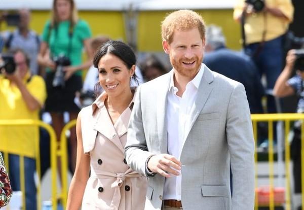 """Bị Hoàng gia Anh """"cắt đứt tài chính"""" nhưng Meghan - Harry đã trở thành """"cặp đôi triệu phú"""" ảnh 1"""