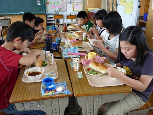 """""""Bữa trưa... không vui vẻ"""": Mỳ xào giòn cứng đến mức cả học sinh lẫn giáo viên bị mẻ răng ảnh 1"""