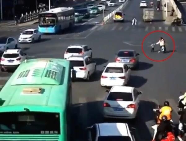 Người đi đường sốc khi em bé 3 tuổi rơi từ xe ô tô xuống, rồi đứng bật dậy chạy theo xe ảnh 2
