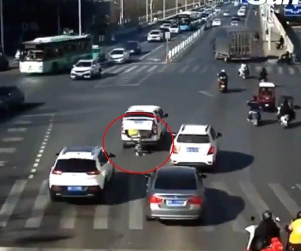 Người đi đường sốc khi em bé 3 tuổi rơi từ xe ô tô xuống, rồi đứng bật dậy chạy theo xe ảnh 1