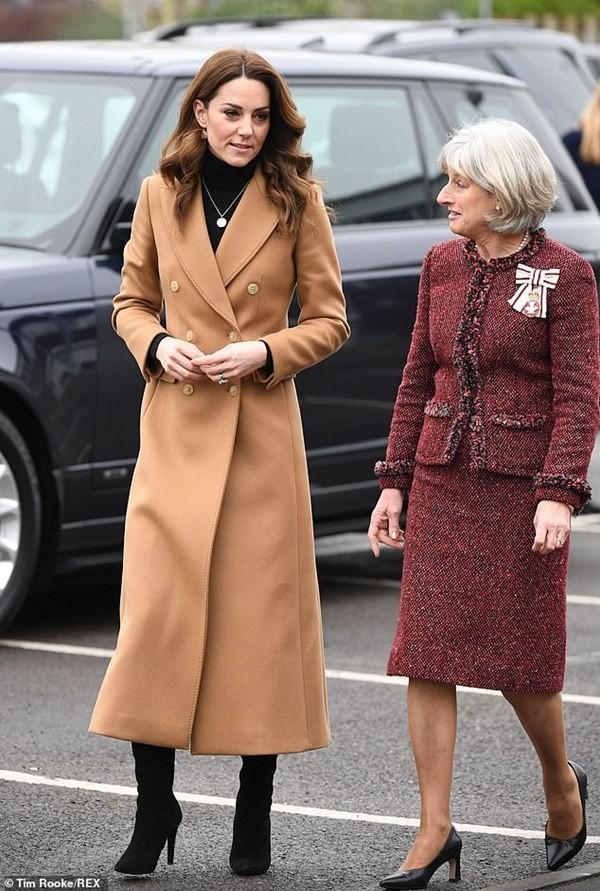 """""""Biệt tài"""" của Công nương Kate Middleton: Thể hiện thông điệp qua những đôi khuyên tai ảnh 3"""
