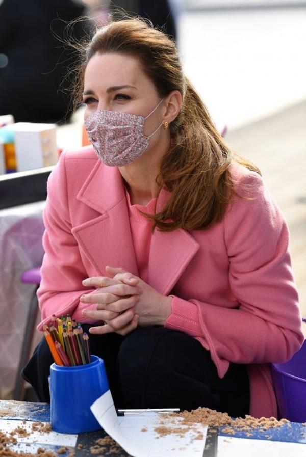 """""""Biệt tài"""" của Công nương Kate Middleton: Thể hiện thông điệp qua những đôi khuyên tai ảnh 2"""
