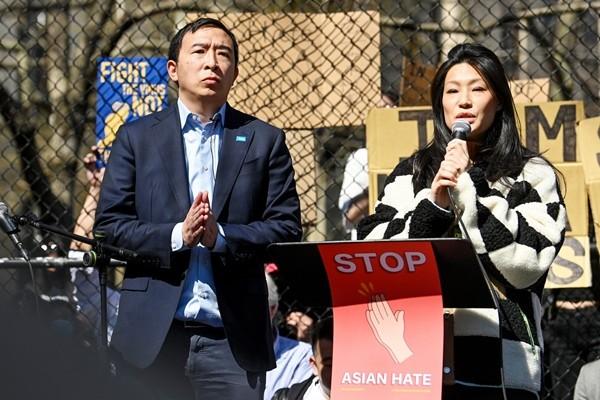 7 bức ảnh xúc động trong làn sóng chống thù ghét người châu Á đang diễn ra ở Mỹ ảnh 3