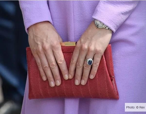 """4 món đồ Công nương Kate luôn mang theo trong túi để đảm bảo giữ """"vẻ đẹp Hoàng gia"""" ảnh 2"""