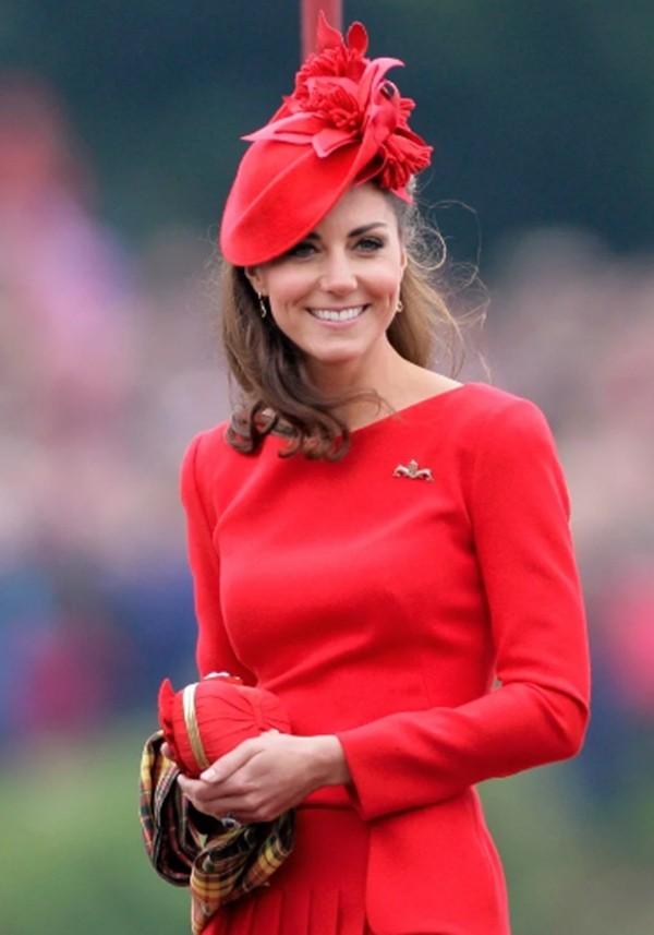 """4 món đồ Công nương Kate luôn mang theo trong túi để đảm bảo giữ """"vẻ đẹp Hoàng gia"""" ảnh 1"""