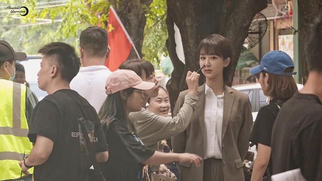"""""""Nữ bác sĩ tâm lý"""": Loạt ảnh hậu trường của Dương Tử lên hot search với nhan sắc gây bất ngờ ảnh 3"""
