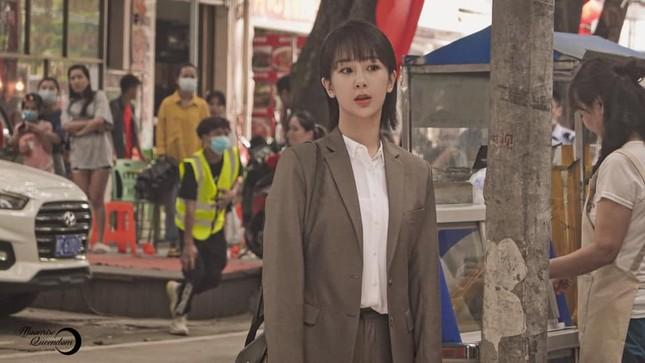 """""""Nữ bác sĩ tâm lý"""": Loạt ảnh hậu trường của Dương Tử lên hot search với nhan sắc gây bất ngờ ảnh 4"""