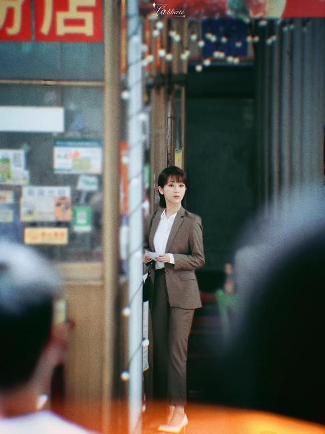"""""""Nữ bác sĩ tâm lý"""": Loạt ảnh hậu trường của Dương Tử lên hot search với nhan sắc gây bất ngờ ảnh 2"""