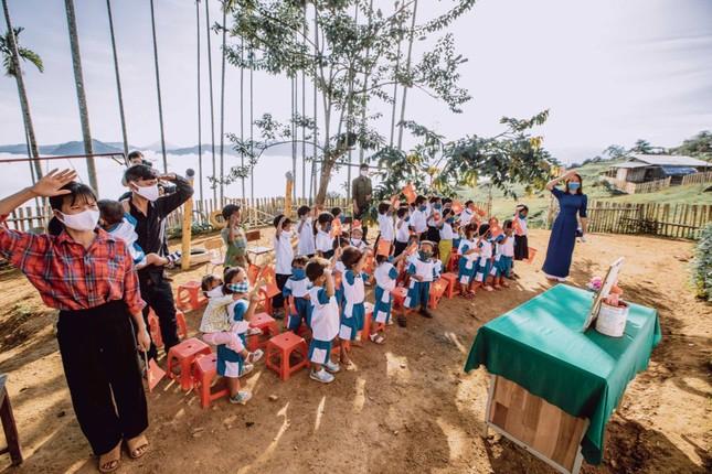 Bộ ảnh đẹp về hành trình thắp sáng ước mơ đến trường của các em nhỏ vùng cao ảnh 4