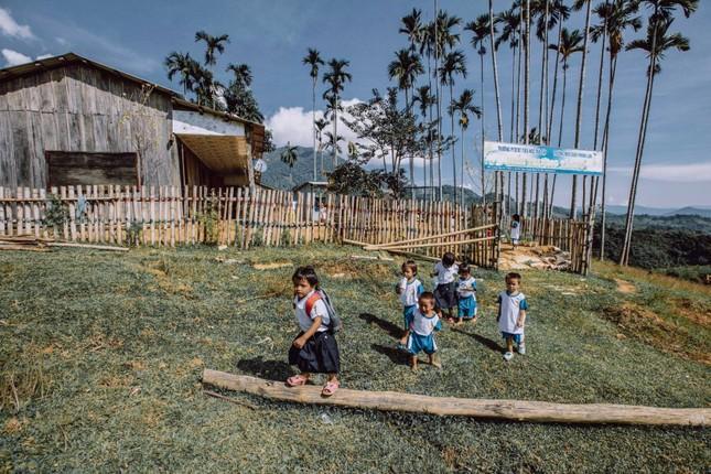 Bộ ảnh đẹp về hành trình thắp sáng ước mơ đến trường của các em nhỏ vùng cao ảnh 7