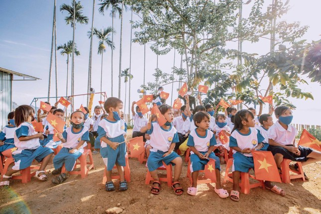Bộ ảnh đẹp về hành trình thắp sáng ước mơ đến trường của các em nhỏ vùng cao ảnh 8