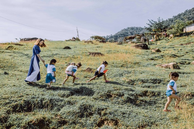 Bộ ảnh đẹp về hành trình thắp sáng ước mơ đến trường của các em nhỏ vùng cao ảnh 2
