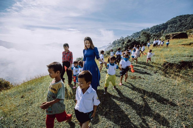 Bộ ảnh đẹp về hành trình thắp sáng ước mơ đến trường của các em nhỏ vùng cao ảnh 3