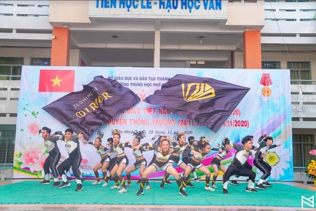 """Ngày 20/11 ở TP.HCM: Cựu học sinh Trần Chuyên tề tựu, Phong Lê hashtag """"Tri ân thầy cô"""" ảnh 7"""