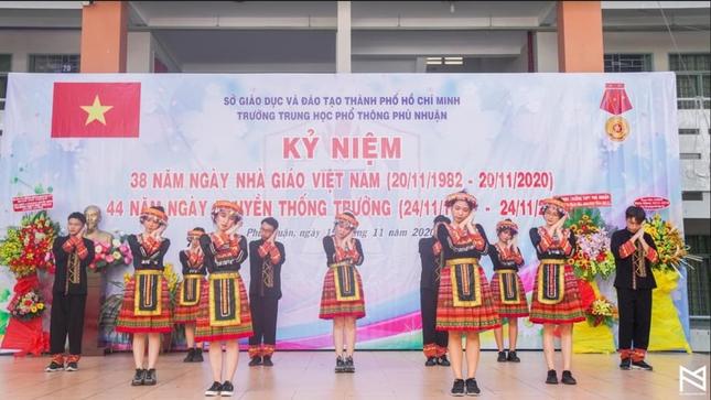 """Ngày 20/11 ở TP.HCM: Cựu học sinh Trần Chuyên tề tựu, Phong Lê hashtag """"Tri ân thầy cô"""" ảnh 8"""