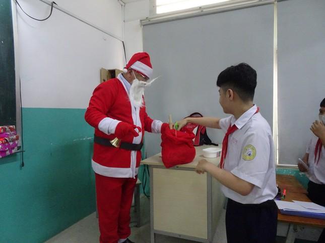 Thầy hiệu trưởng trường người ta: Hóa trang thành ông già Noel phát iPhone 12 cho học sinh ảnh 2