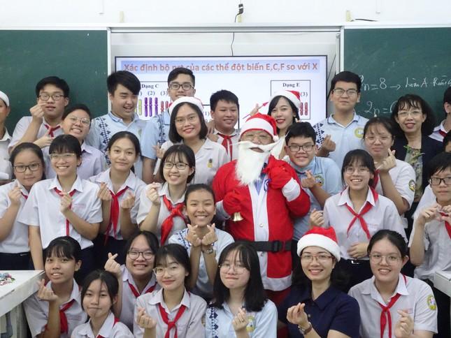 Thầy hiệu trưởng trường người ta: Hóa trang thành ông già Noel phát iPhone 12 cho học sinh ảnh 4