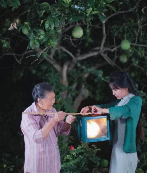 Dân mạng thích thú xem 'tiên nữ đồng quê' Lý Tử Thất cuốc đất trồng ngô ảnh 1