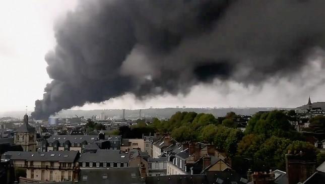Cháy kinh hoàng ở nhà máy hóa chất, hàng loạt trường học đóng cửa ảnh 2