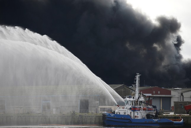 Cháy kinh hoàng ở nhà máy hóa chất, hàng loạt trường học đóng cửa ảnh 1