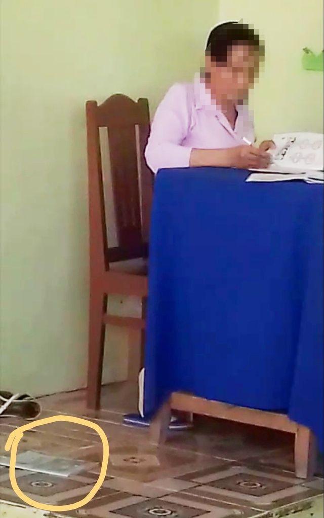 Đình chỉ cô giáo chấm bài rồi bỏ vở học sinh xuống nền nhà ảnh 2