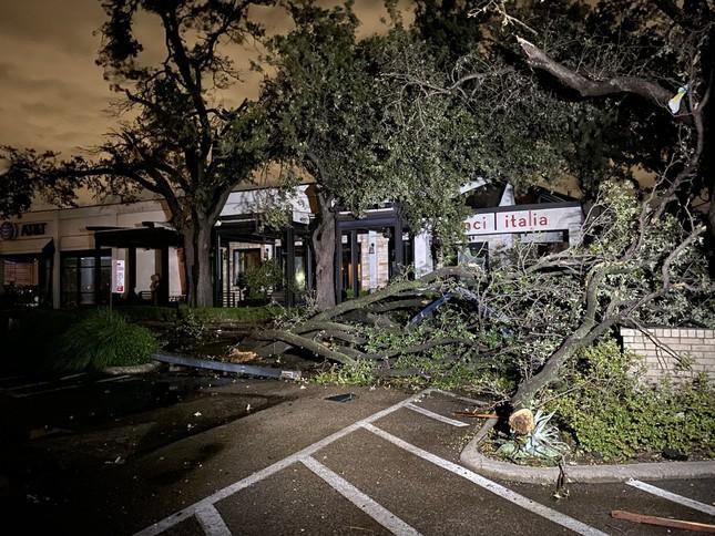 Lốc xoáy bất ngờ ập đến trong đêm, Texas tan hoang ảnh 3