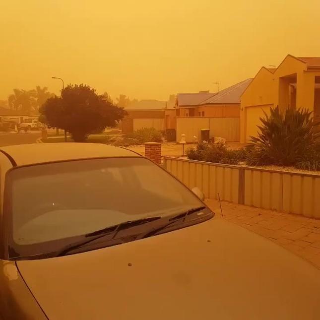 Bão bụi màu cam sẫm như 'ngày tận thế' ở Úc ảnh 1