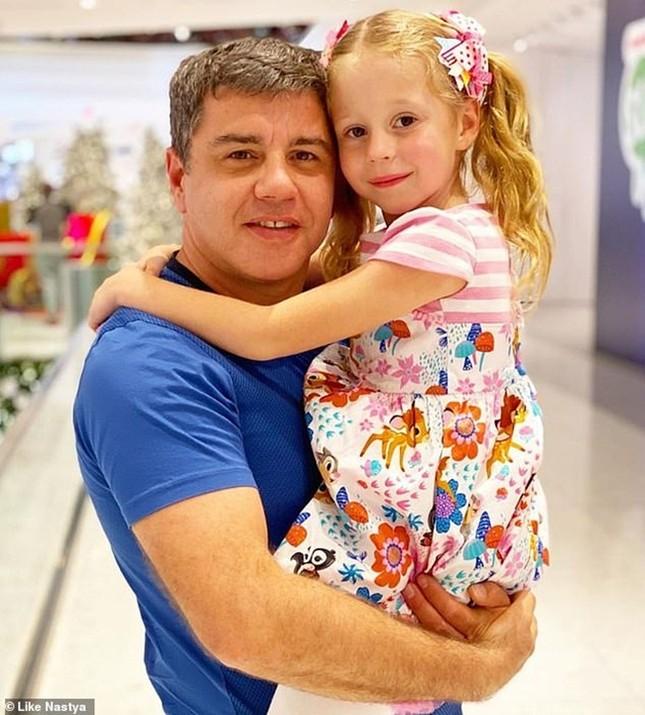 Cô bé 5 tuổi bị bại não thu nhập hơn 400 tỷ/1 năm từ Youtube ảnh 3