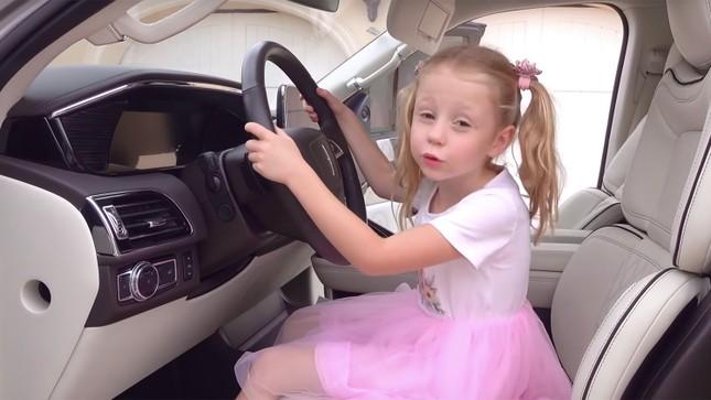 Cô bé 5 tuổi bị bại não thu nhập hơn 400 tỷ/1 năm từ Youtube ảnh 2