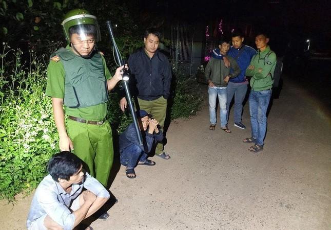 Nhóm cướp dùng hung khí chống trả, cố thủ trong 'sào huyệt' khi bị bao vây ảnh 1