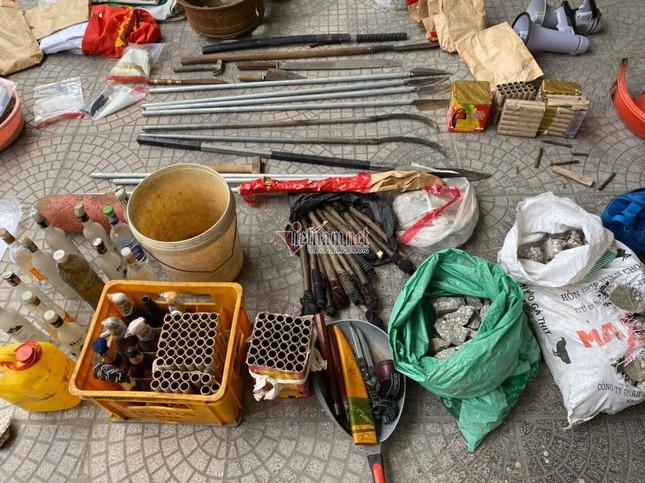 Thu giữ lựu đạn, bom xăng, bắt các đối tượng gây rối ở xã Đồng Tâm ảnh 2