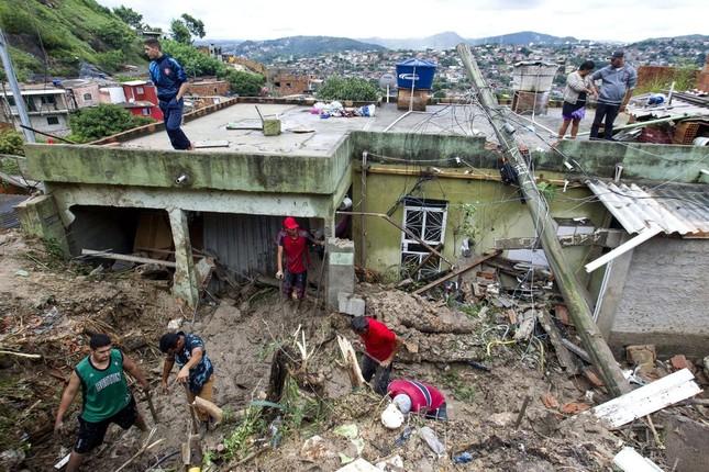Lũ lụt càn quét Brazil, giết chết 64 người ảnh 2
