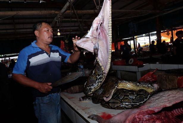 Chợ thịt tươi nổi tiếng ở Indonesia vẫn tấp nập bất chấp đại dịch COVID-19 ảnh 3