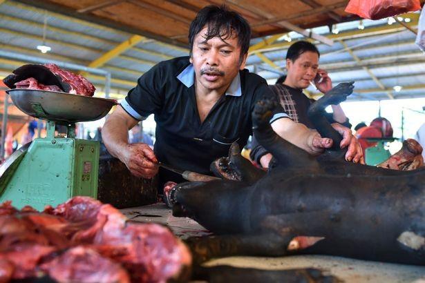 Chợ thịt tươi nổi tiếng ở Indonesia vẫn tấp nập bất chấp đại dịch COVID-19 ảnh 4