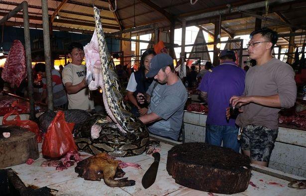 Chợ thịt tươi nổi tiếng ở Indonesia vẫn tấp nập bất chấp đại dịch COVID-19 ảnh 1