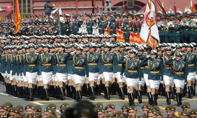 Những bóng hồng rạng rỡ trong lễ duyệt binh trên Quảng trường Đỏ ảnh 5