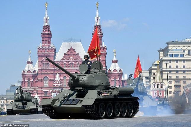 Những bóng hồng rạng rỡ trong lễ duyệt binh trên Quảng trường Đỏ ảnh 12