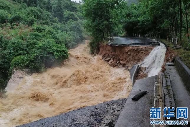 Mưa lũ kinh hoàng tàn phá Trung Quốc ảnh 2