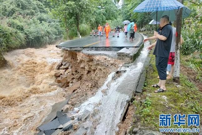 Mưa lũ kinh hoàng tàn phá Trung Quốc ảnh 8