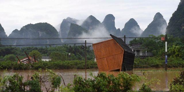 Mưa lũ kinh hoàng tàn phá Trung Quốc ảnh 6