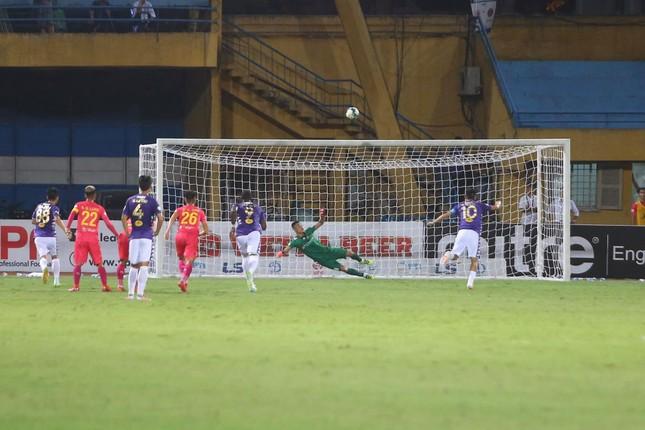 Quang Hải ngồi khán đài cùng bạn gái, nhìn Hà Nội thua trận thứ 2 ở Hàng Đẫy ảnh 7