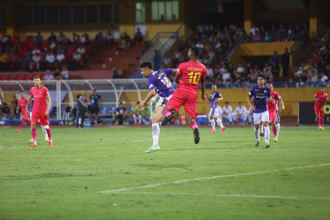 Quang Hải ngồi khán đài cùng bạn gái, nhìn Hà Nội thua trận thứ 2 ở Hàng Đẫy ảnh 11
