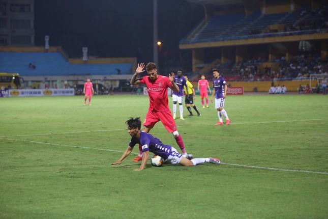 Quang Hải ngồi khán đài cùng bạn gái, nhìn Hà Nội thua trận thứ 2 ở Hàng Đẫy ảnh 13
