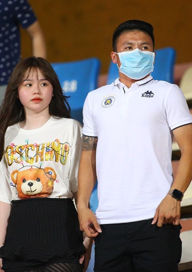 Quang Hải ngồi khán đài cùng bạn gái, nhìn Hà Nội thua trận thứ 2 ở Hàng Đẫy ảnh 2