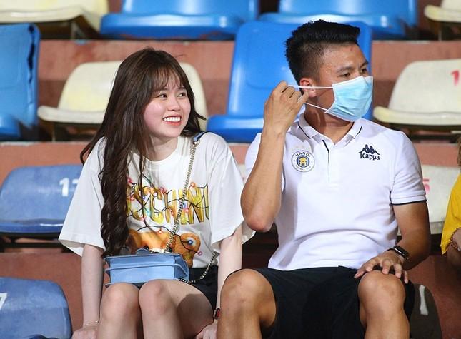 Quang Hải ngồi khán đài cùng bạn gái, nhìn Hà Nội thua trận thứ 2 ở Hàng Đẫy ảnh 3