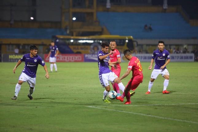Quang Hải ngồi khán đài cùng bạn gái, nhìn Hà Nội thua trận thứ 2 ở Hàng Đẫy ảnh 1