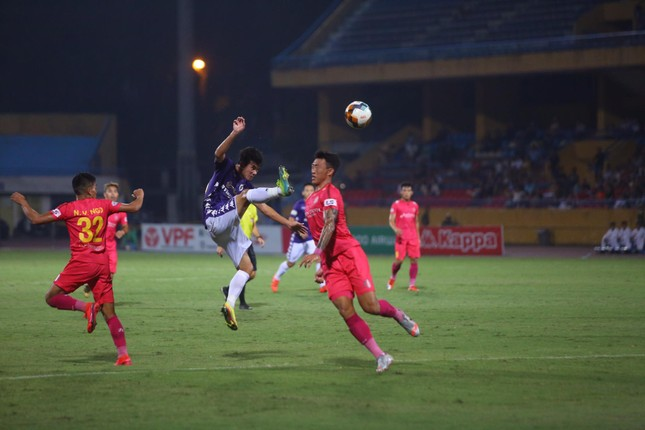 Quang Hải ngồi khán đài cùng bạn gái, nhìn Hà Nội thua trận thứ 2 ở Hàng Đẫy ảnh 5