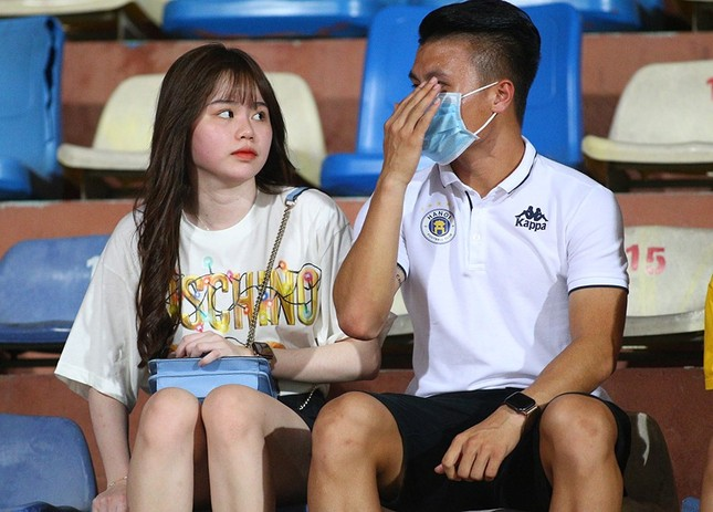 Quang Hải ngồi khán đài cùng bạn gái, nhìn Hà Nội thua trận thứ 2 ở Hàng Đẫy ảnh 4