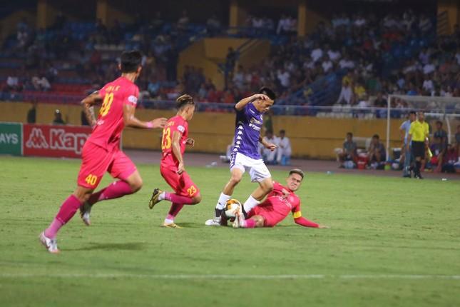 Quang Hải ngồi khán đài cùng bạn gái, nhìn Hà Nội thua trận thứ 2 ở Hàng Đẫy ảnh 6